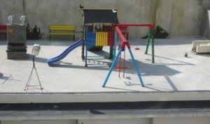 Крыши гаражей стали местом для обустройства детских площадок.